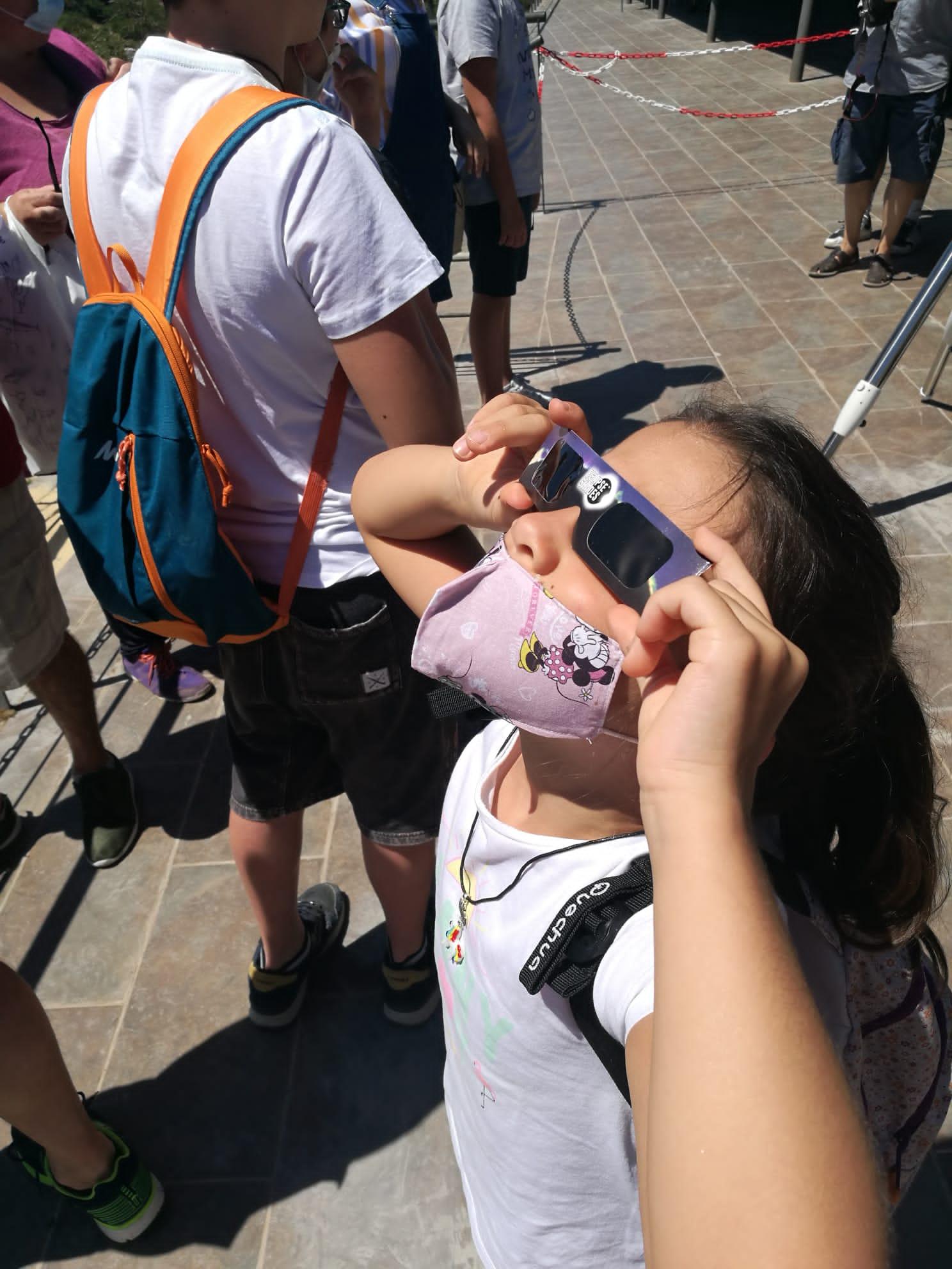 Niña con gafas de eclipse